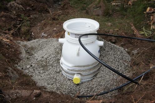 Paineviemärin pumppuyksikkö sijaitsee säiliössä