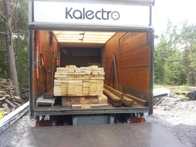 Kilpa-auton kuljetin toimii puutavaravarastona
