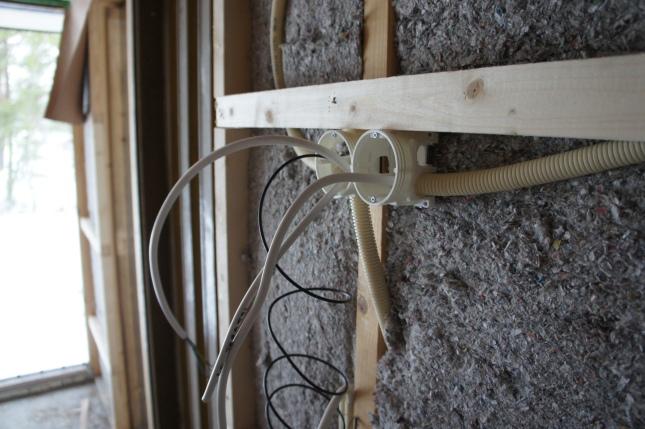 Ensimmäiset sähkörasiat paikallaan