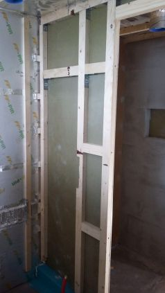 Seinän sisään mahdutetaan sekä suihkusekoitin, että saunan liukuovi