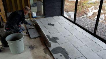Terassin graniittilaattojen asennusta