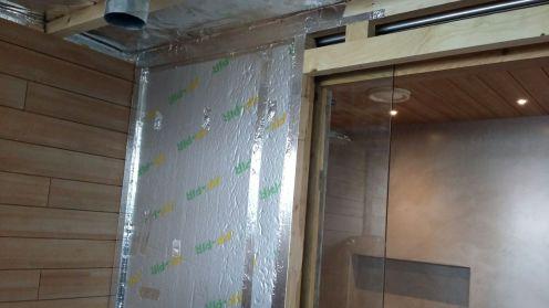 Väliseinä eristettiin uretaanilevyllä, kuten muukin sauna.